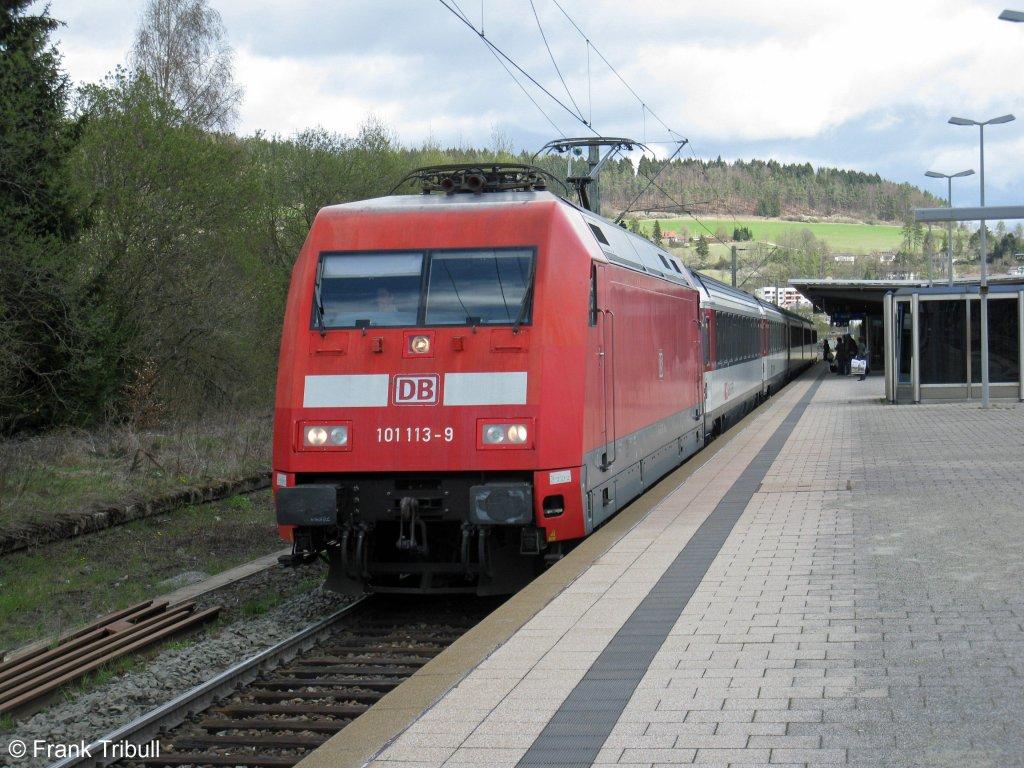 101 113-9 mit einem IC von Stuttgart Hbf nach Zürich Hbf aufgenommen am 21.04.2012 im Bahnhof Tuttlingen