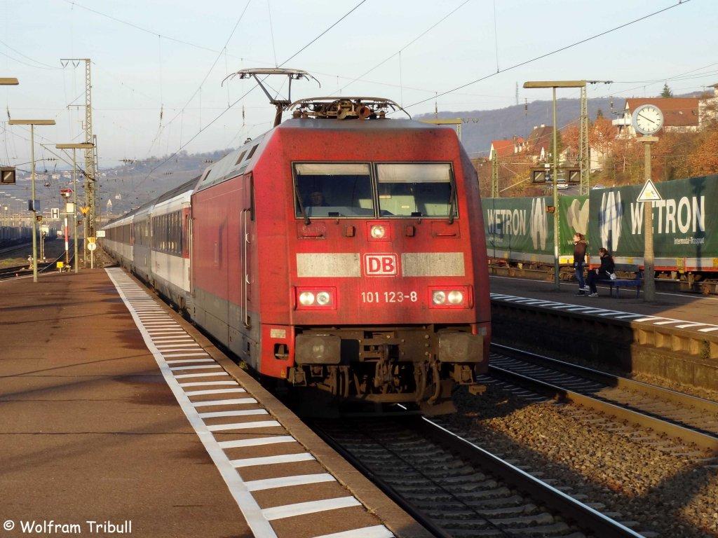 101 123-8 als EC 101 von Hamburg-Altona nach Chur aufgenommen am 26.11.2011 bei der Durchfahrt durch den Bahnhof in Weil am Rhein