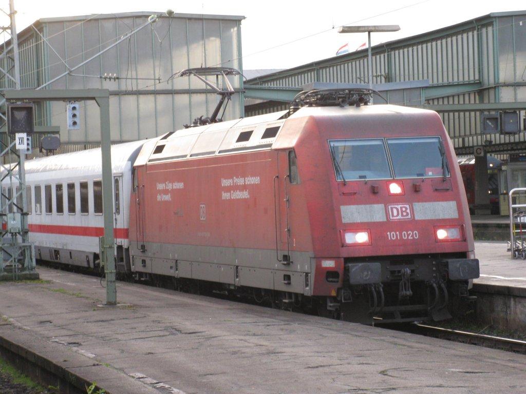 Die 101 020-6 im Hauptbahnhof von Stuttgart aufgenommen am 04.12.2009