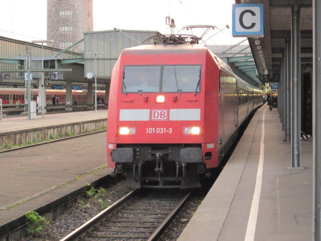 Die 101 031-3 im Hauptbahnhof von Stuttgart aufgenommen am 04.12.2009
