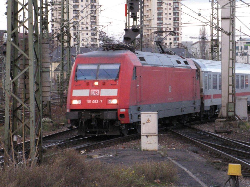 Die 101 053-7 im Hauptbahnhof von Stuttgart aufgenommen am 04.12.2009