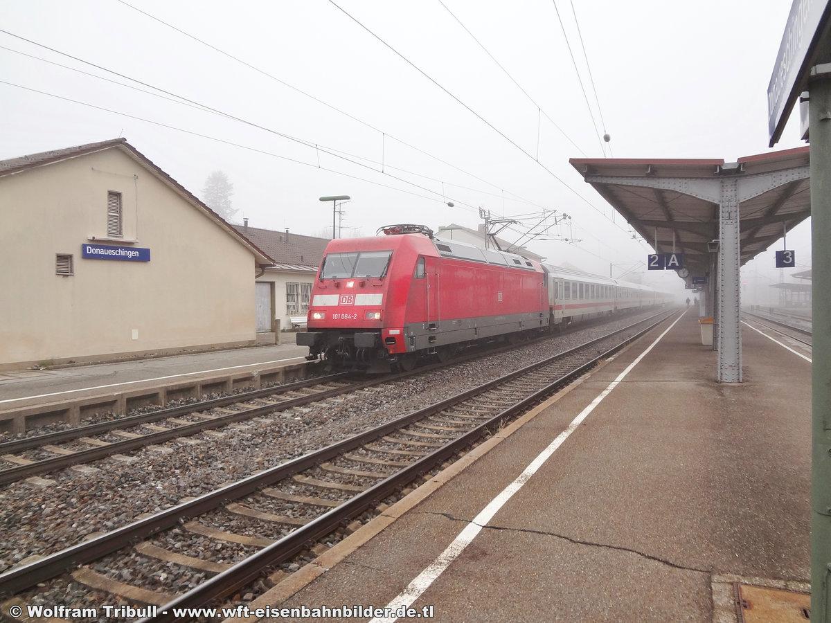101 084-2 aufgenommen am 12.91.2012 mit dem IC 2370  Schwarzwald  von Konstanz nach Hamburg-Altona im Bahnhof Donaueschingen