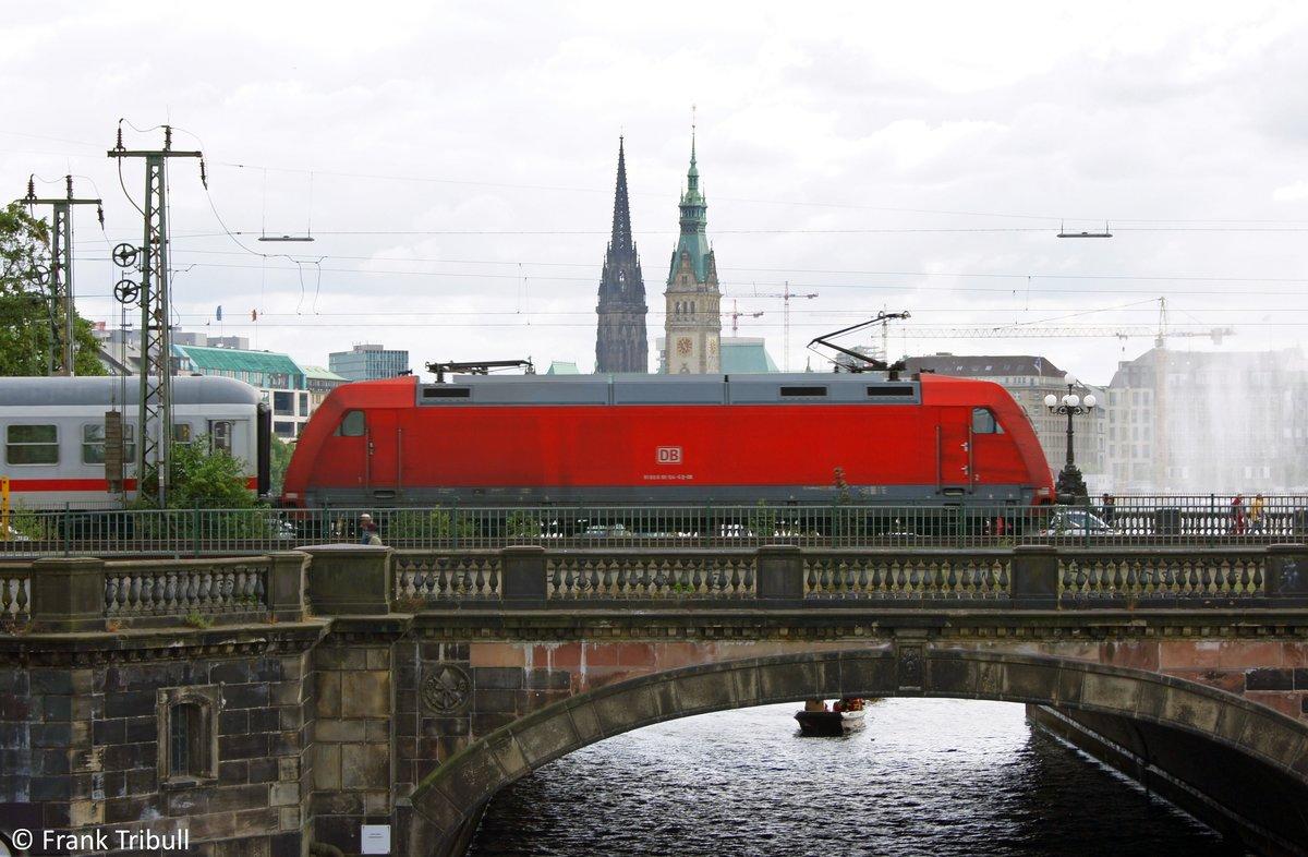 101 124-6 bei der überfahrt der Lombardsbrücke in Hamburg aufgenommen am 24.07.10