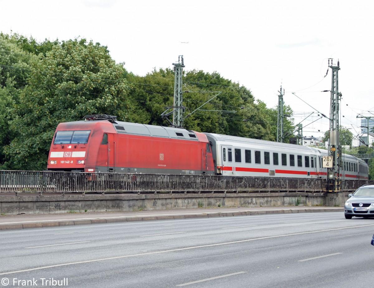 Die 101 142-8 mit einem IC bei der überfahrt der Lombardsbrücke in Hamburg aufgenommen am 24.07.10